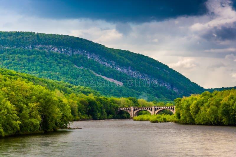 Monte Minsi e o Rio Delaware visto de um pedestre b fotos de stock