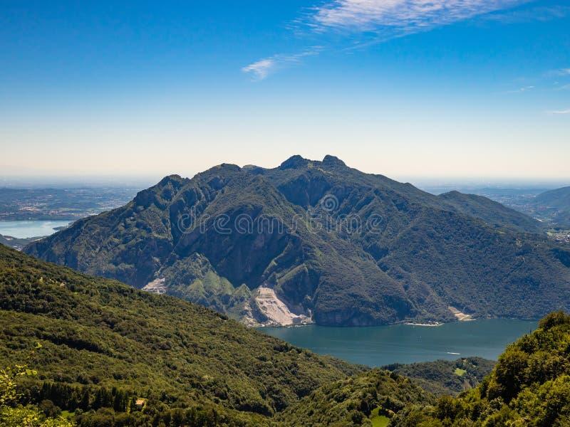 Monte Moregallo y Corni di Canzo según lo visto de pista de senderismo al rifugio Rosalba en Grigna Meridionale imagen de archivo