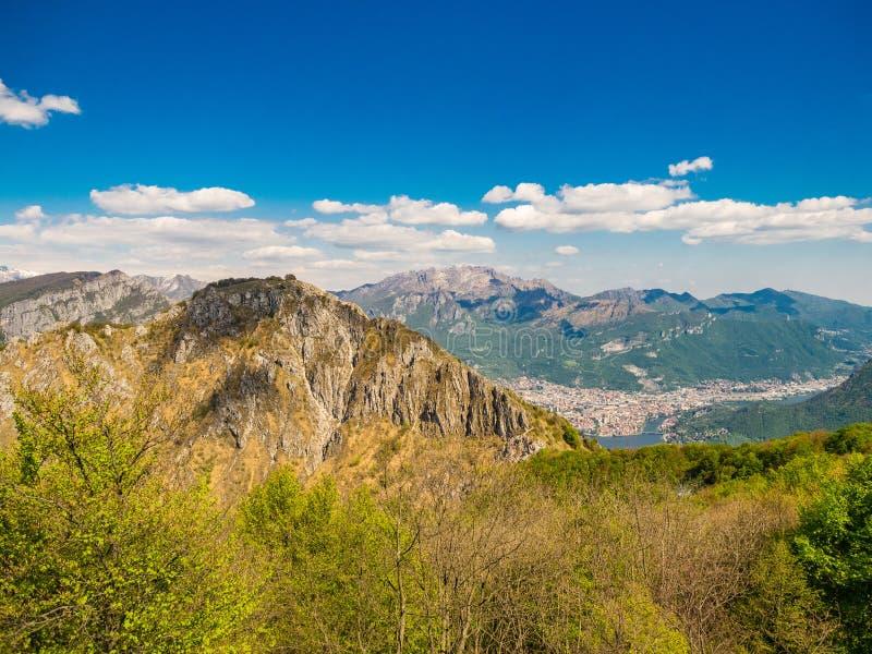 Monte Moregallo y Resegone según lo visto del área de Corni di Canzo imágenes de archivo libres de regalías