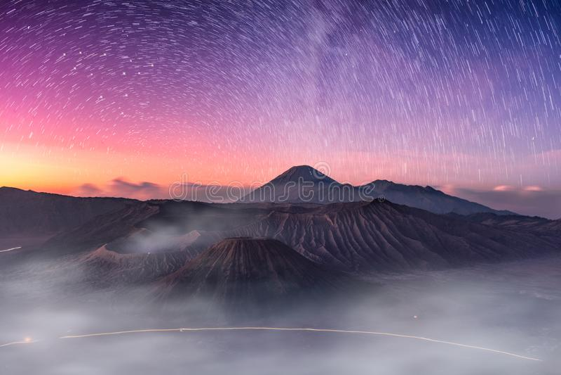 Monte o vulcão ativo, Batok, Bromo, Semeru com estrelado e enevoe a imagens de stock royalty free