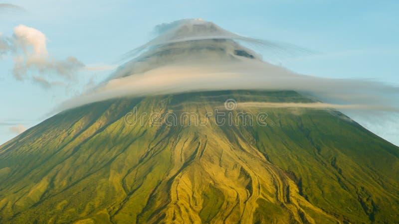 Monte o vulcão de Mayon na província de Bicol, Filipinas Nubla-se o timelapse fotos de stock royalty free
