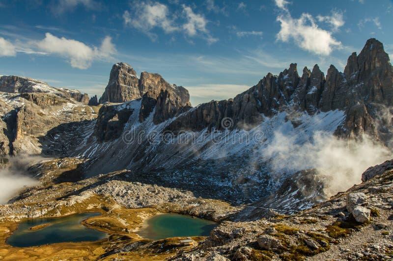 Monte Paterno con CIME blu dei laghi-Tre, dolomia fotografia stock libera da diritti