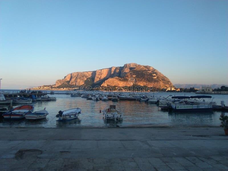monte Pellegrino visto dal quadrato del erkte del monte di Palermo di mondello immagini stock
