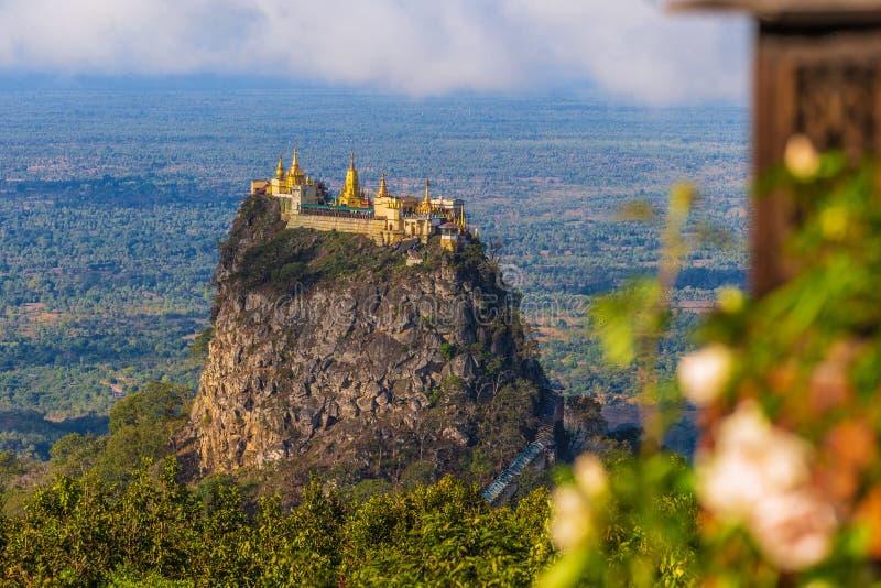 Monte Popa em um vulcão velho em Bagan, Myanmar fotos de stock