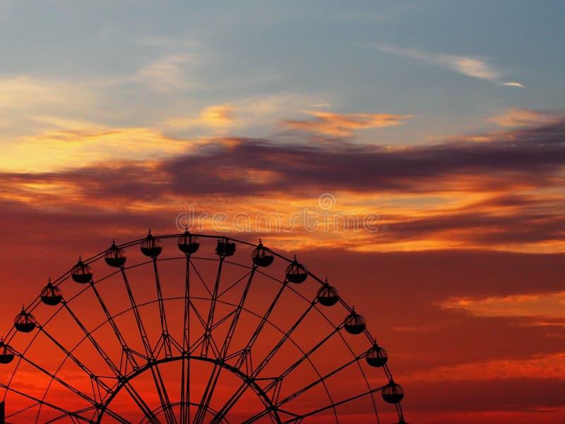 Monte a roda de Ferris no por do sol imagem de stock royalty free