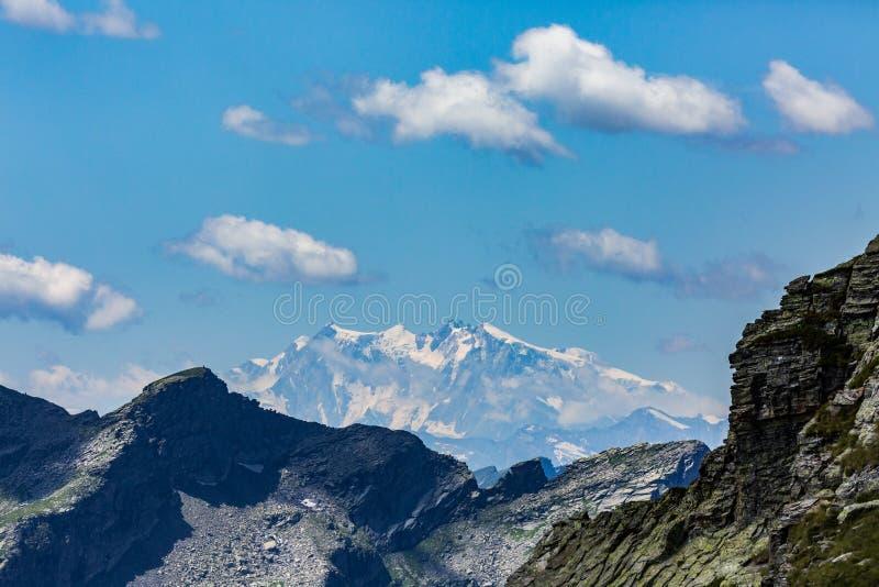 Monte Rosa bergtoppmöte och Dufourspitze, blå himmel, moln fotografering för bildbyråer