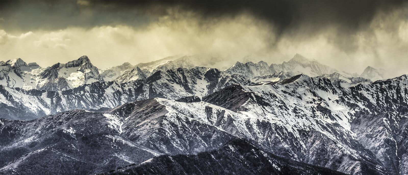 Monte Rosa grupp och stormmoln arkivfoto