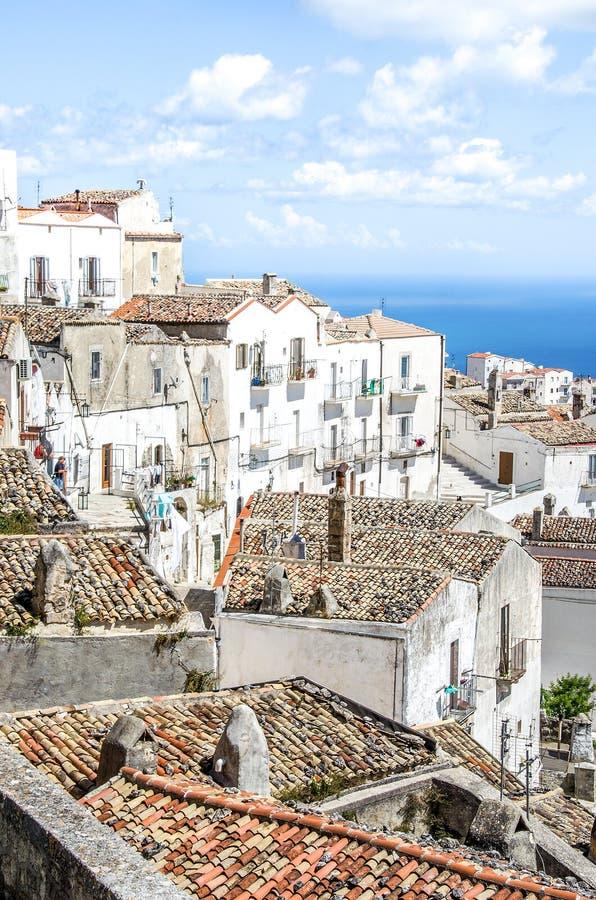 Monte Sant Angelo - tejados blancos Gargano - Puglia de las casas foto de archivo