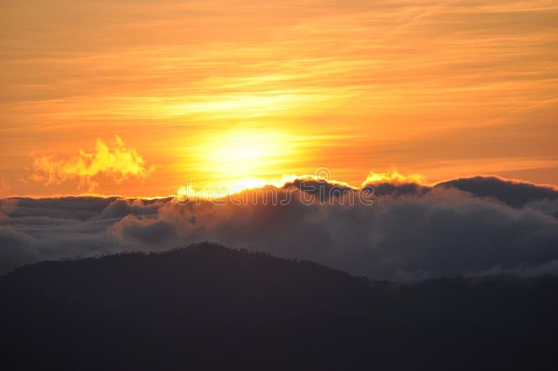 Monte Ulap, mt Ulap, Cordilheira Filipinas, nascer do sol no alvorecer, cordilheiras de Ampucao, Ampucao, Itogon, Benguet, Filipi imagens de stock