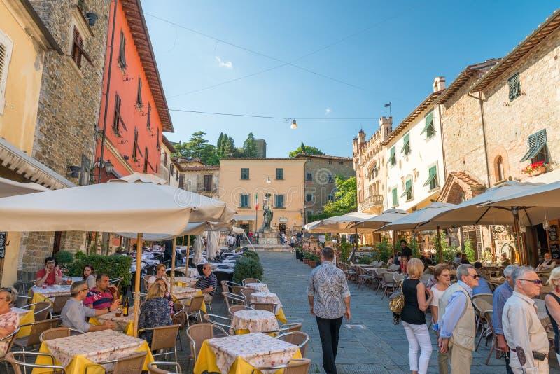 MONTECATINI-ALT, ITALIEN - MAJ 21, 2017: Turister går i citen royaltyfri bild