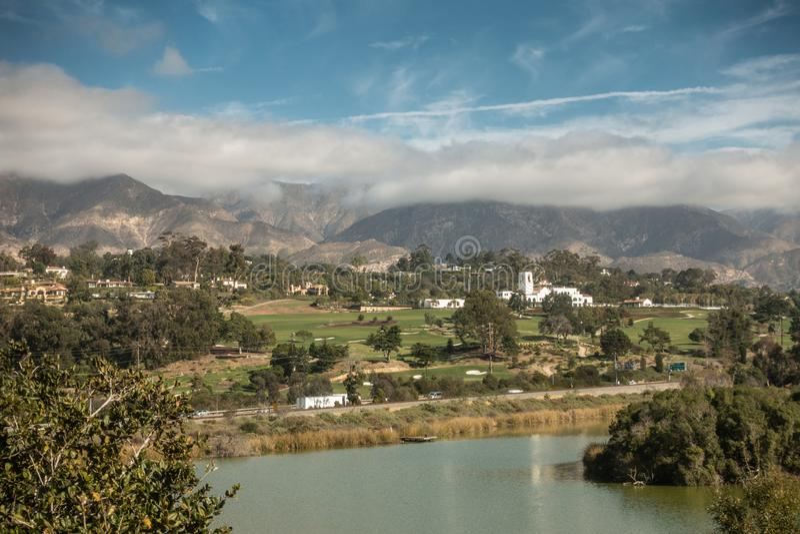 Montecito与鸟避难所的乡村俱乐部前面的,圣芭卜拉加利福尼亚 免版税库存照片