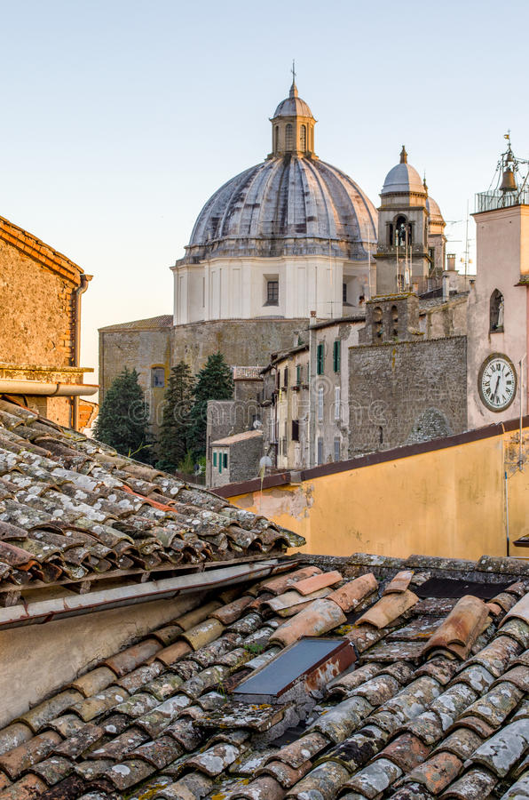 Montefiascone - il Lazio - Viterbo - l'Italia - tetti fotografie stock libere da diritti