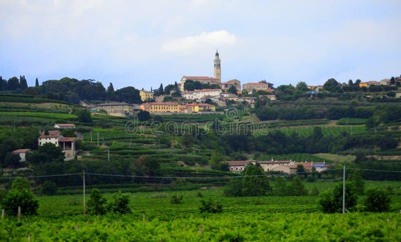 Monteforte D 'Alpone bergstoppby Veneto Italien royaltyfri foto