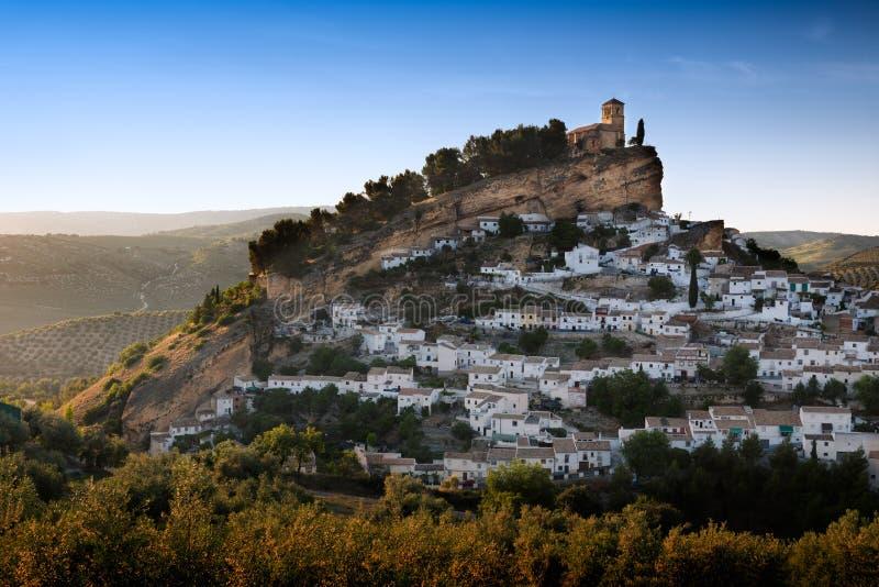 Montefrio ad un giorno soleggiato, provincia di Granada, Spagna immagini stock