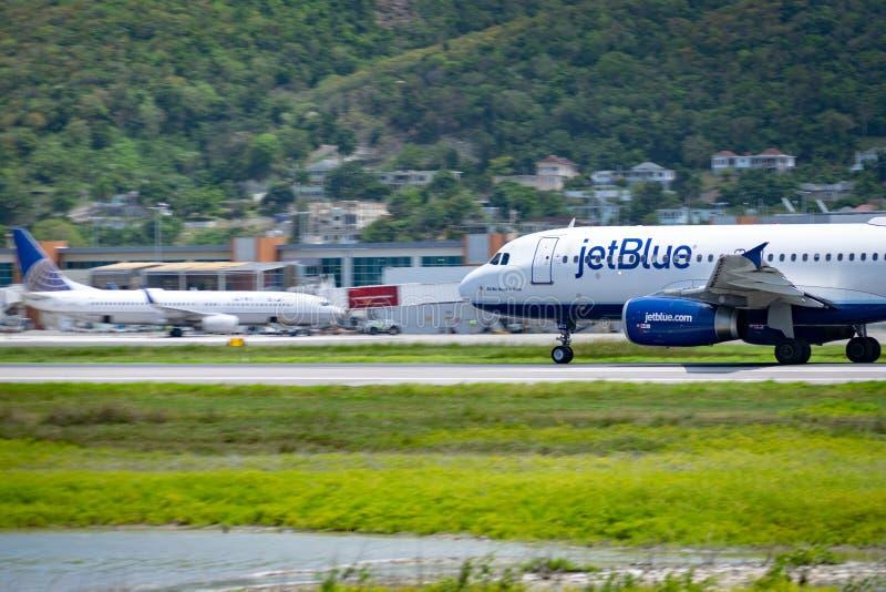 Montego Bay, Jamaica - 11 de abril de 2015: Aviões de JetBlue na pista de decolagem no aeroporto internacional MBJ de Sangster em fotos de stock royalty free