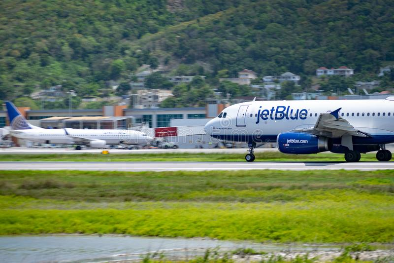 Montego Bay, Jamaika - 11. April 2015: JetBlue-Flugzeuge auf der Rollbahn an internationalem Flughafen MBJ Sangster in Montego Ba lizenzfreie stockfotos