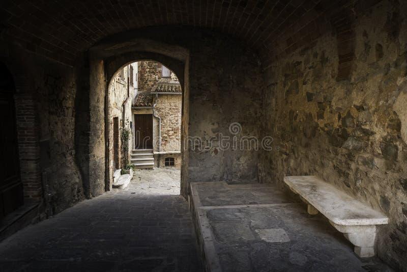 Montemerano, Grosseto, Toscana, Italia - pequeño pueblo medieval i fotografía de archivo
