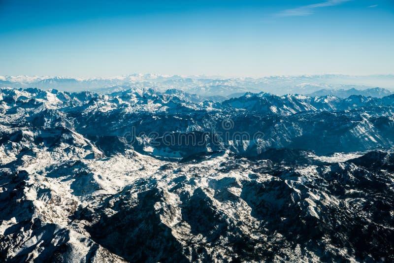 Montenegrinska berg med snö arkivbilder