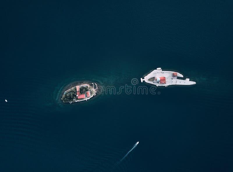 Montenegro Öar nära staden av Perast ön av vår dam på reven och kyrkan av St George royaltyfria foton
