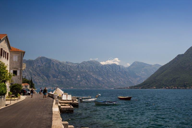 Montenegro, Baai van Kotor 21 июГ Ñ  2018 De dijk van de stad met boten op een zonnige dag stock afbeelding