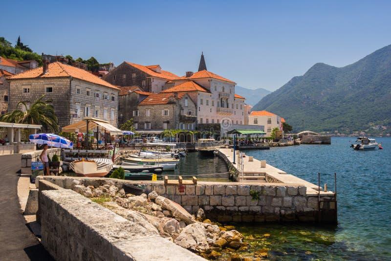 Montenegro, Baai van Kotor 21 Juli, 2018 De dijk van de stad met boten op een zonnige dag royalty-vrije stock foto