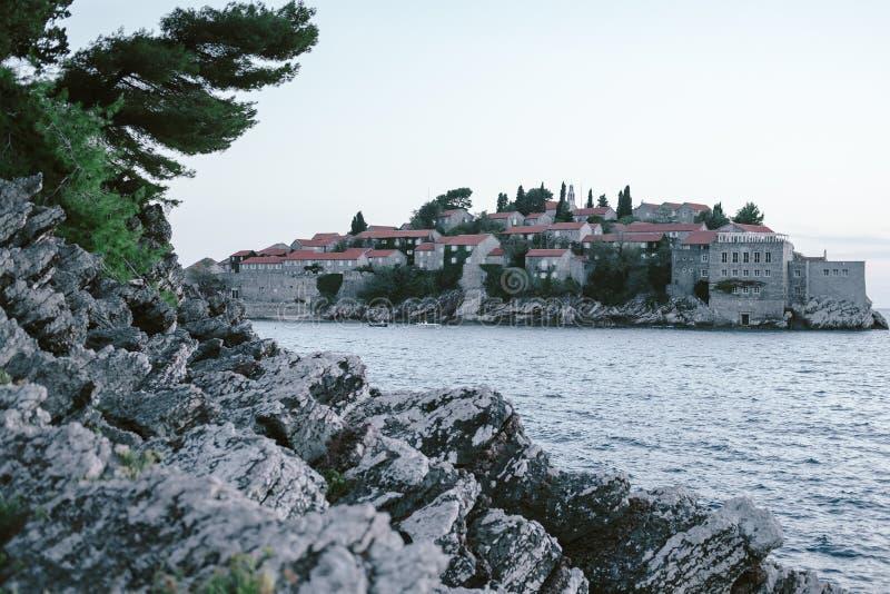 Montenegro, Budva Riviera, der Park nahe bei der Insel von Sveti stockfotografie