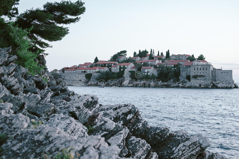 Montenegro, Budva Riviera, el parque al lado de la isla de Sveti fotografía de archivo