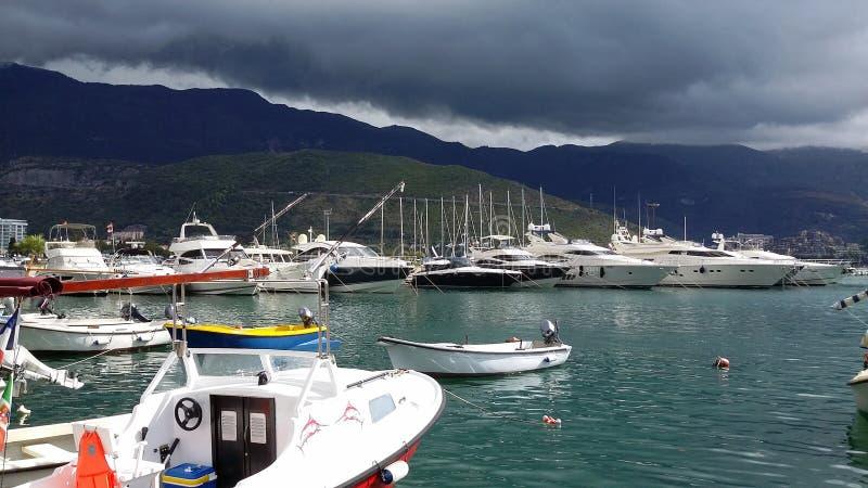 Montenegro Budva yachtes w żołnierzu piechoty morskiej Budva zatoki widok Montenegro l obrazy stock