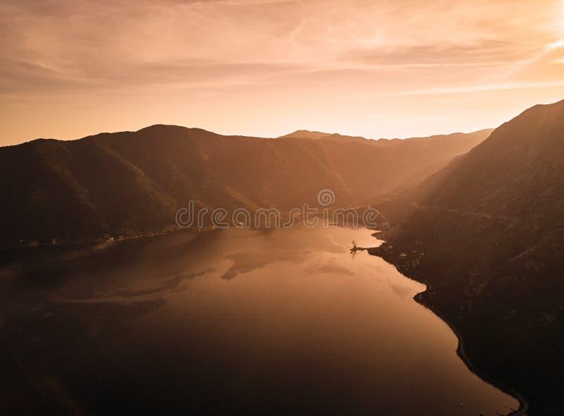 montenegro Coucher du soleil dans la baie de Kotor La vue à partir du dessus MER ADRIATIQUE photographie stock libre de droits