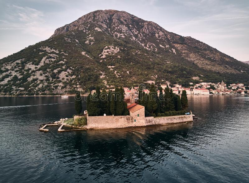 montenegro De stad van het Eiland van Perast St George ` s St George `s Kerk royalty-vrije stock fotografie