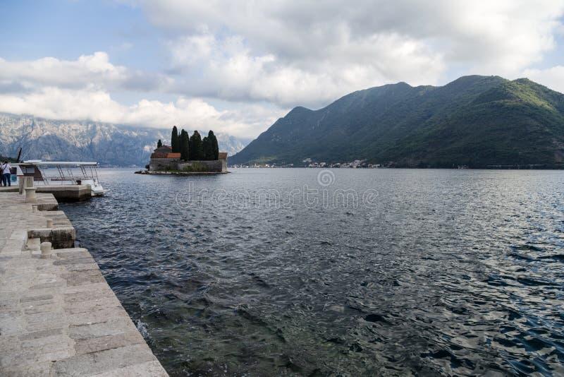 Montenegro. Eilandje van Heilige George bij de Baai van Kotor stock foto's
