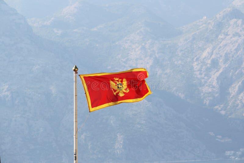 Montenegro-Flagge in Kotor-Zitadelle, Montenegro stockbild