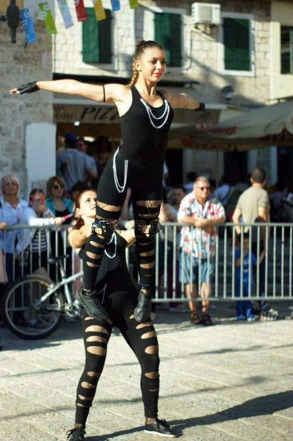 Montenegro, Herceg Novi - 04/06/2016: Dziewczyny akrobatyczna drużyna miasto Niksic zdjęcie stock