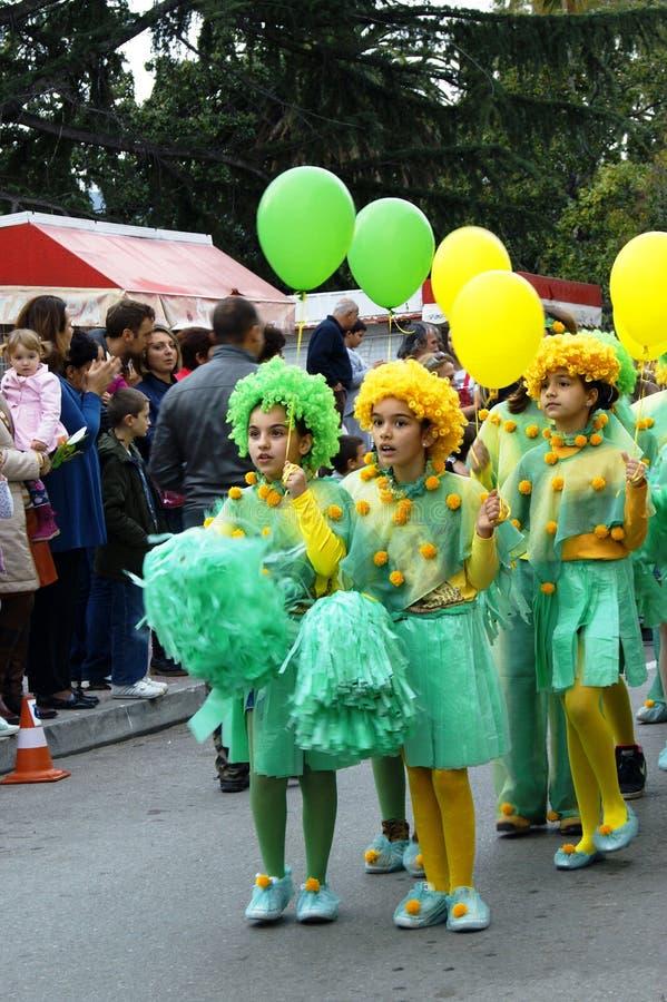 Montenegro Herceg Novi - 17 02 2016: Elever från den grundskola för barn mellan 5 och 11 årOrensky bataljonen i dräktmimosa arkivbilder