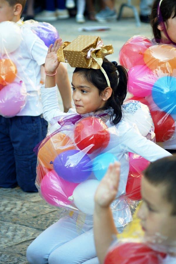 Montenegro, Herceg Novi - 04/06/2016: Karnevalsgruppe Bonbonsüßigkeit stockfoto
