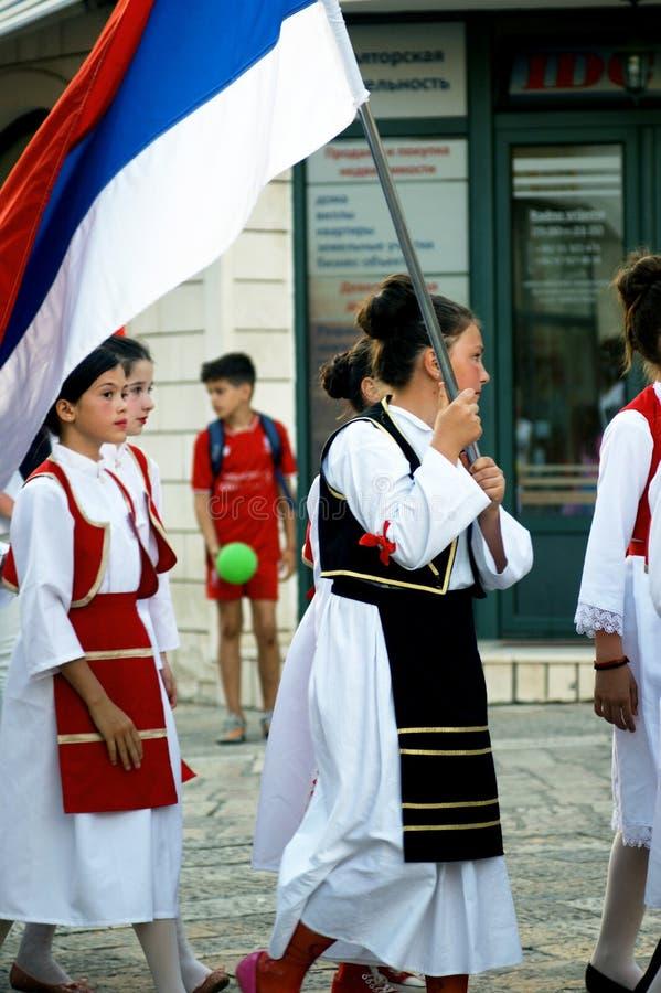 Montenegro, Herceg Novi - 28/05/2016: Meninas do grupo Prosvjeta do folclore (empalideça, Bósnia e Herzegovina) imagens de stock