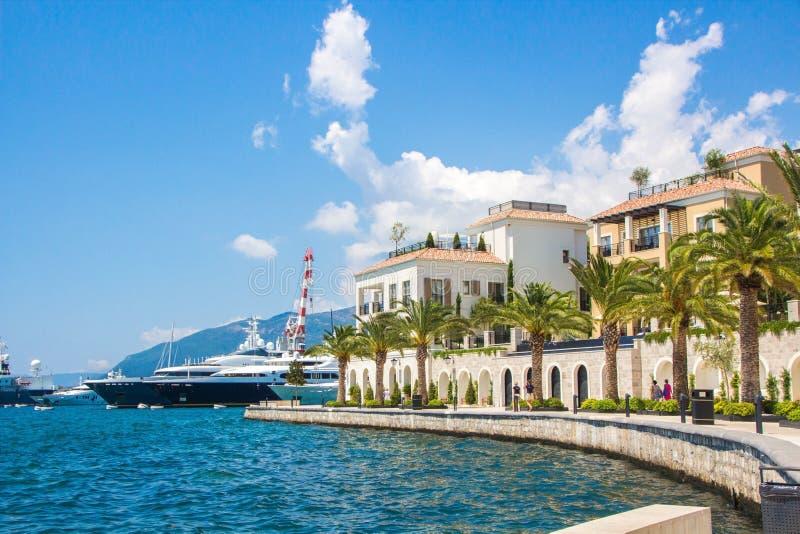 Montenegro Invallning av den Tivat staden Sikt av den Porto Montenegro byn Montenegro arkivfoton