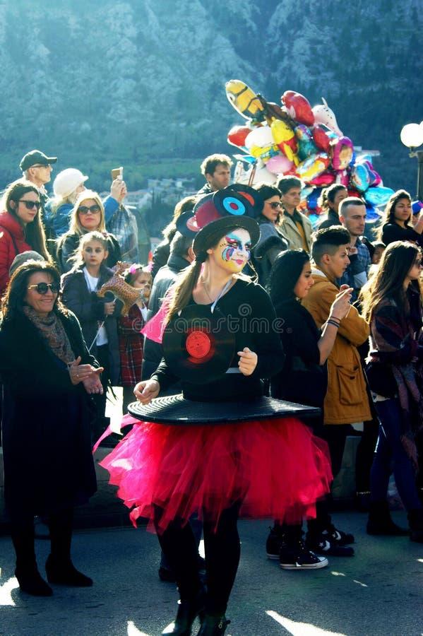 Montenegro Kotor - 03/13/2016: Flicka i karnevaldräkt med grammofonrekord arkivbild