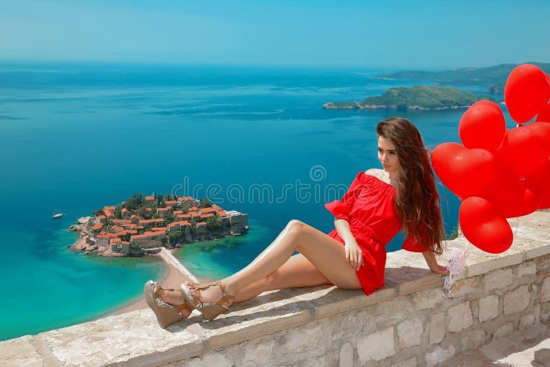 montenegro La fille romantique avec le coeur monte en ballon au-dessus de Sveti célèbre image stock