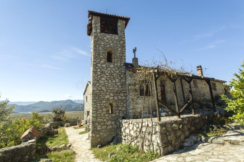 montenegro Lago Skadar Es pequeño monasterio de f en la isla Allí ` s solamente un monje y novato fotografía de archivo