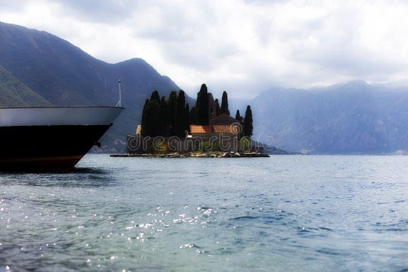 Montenegro Perast, ön i fjärden royaltyfri bild