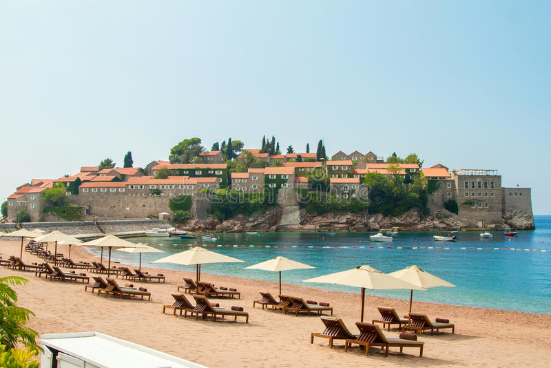 Montenegro, praia da cidade Sveti Stefan imagem de stock