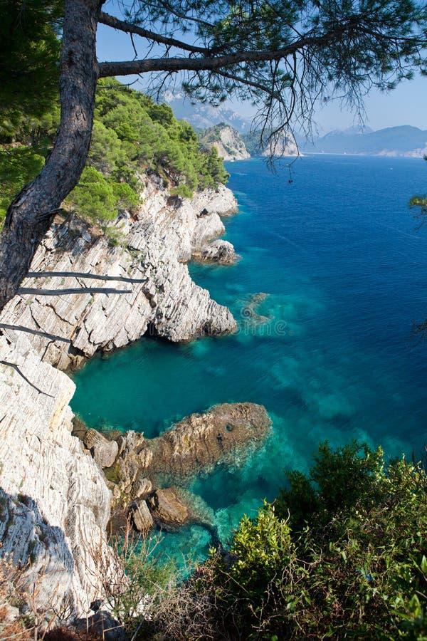 Montenegro seglar utmed kusten nära Petrovac fotografering för bildbyråer
