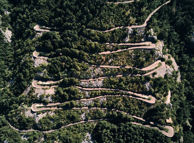 montenegro serpentine Montée pour monter Lovcen Route au parc national de Lovcen Été La vue à partir du dessus photographie stock libre de droits