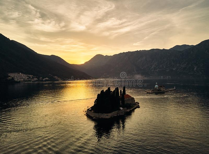Montenegro Staden av ön för Perast St George ` s Kyrka för `s för St George arkivfoton