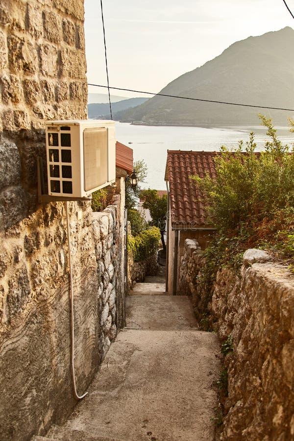 Montenegro Staden av Perast gator av gamla Perast arkivbilder