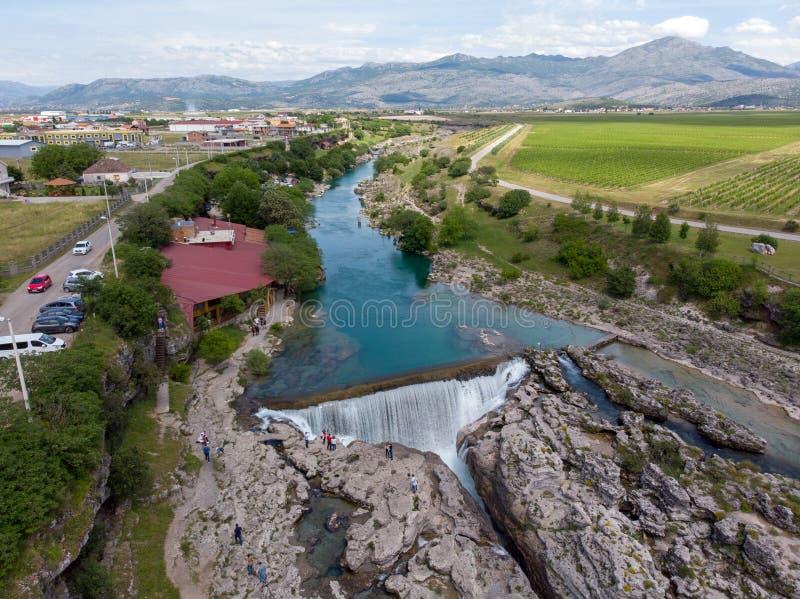 Montenegro, Turkooise schone duidelijke riviercijevna dichtbij podgorica bij niagara valt vloeiend door mooie groene rotsachtige  royalty-vrije stock foto