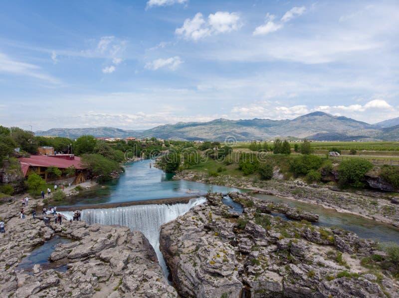Montenegro, Turkooise schone duidelijke riviercijevna dichtbij podgorica bij niagara valt vloeiend door mooie groene rotsachtige  royalty-vrije stock foto's