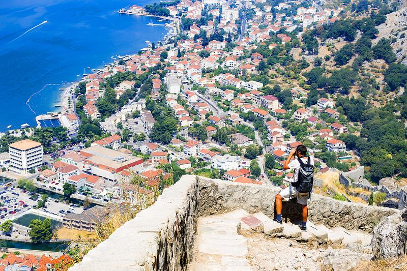 Montenegro turyści podziwiają widok zatoka fotografia royalty free