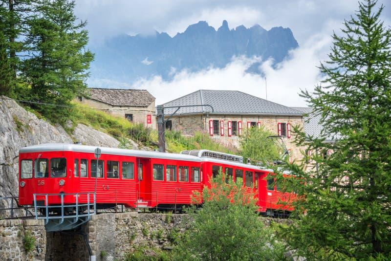 Montenvers czerwieni turystyczny pociąg, iść od Chamonix Mer De Glace, Mont Blanc masyw Francja zdjęcie stock